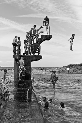 jumping-in-the-water-saint-malo